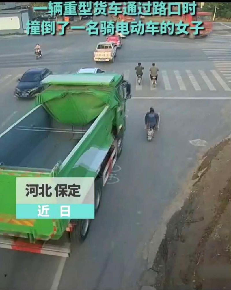 河北保定一辆重型货车因盲区致使电动车车主摔倒拖行数十米之远