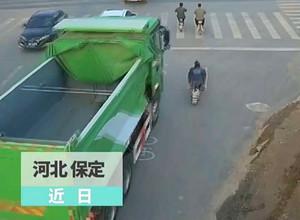 河北保定一辆重型货车因盲区致使电动车车主摔倒拖行数十米之远图片
