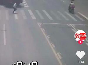 金华浦江县重型货车撞上人行道上正常过马路的行人图片