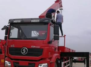 河南南阳客户订购陕汽德龙后八轮长兴12吨五节臂随车吊,顺利交车客户试吊中。图片