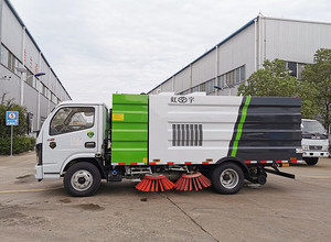 北京刘总亲自来厂检验 5吨扫路车 现场工作效果图片