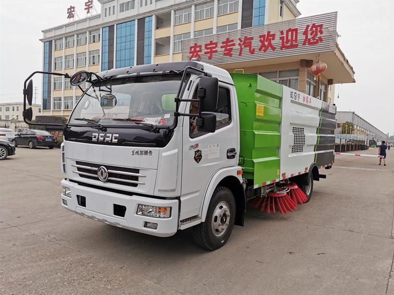 7吨扫路车厂区内试车 即将发往北京