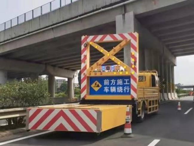 茂湛高速起全线引入安全防撞缓冲车+智能预警系统